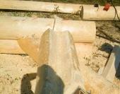 Продольный паз бревна ручной рубки