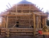 Вид на срубленный эркер деревянного дома