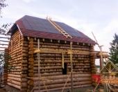 Вид на деревянный дом с земли