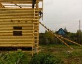 Вид на угол дома из бревна