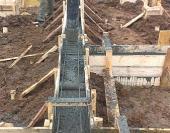 После заливки бетон выравнивают вручную