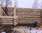 Установили столбы на строительные домкраты
